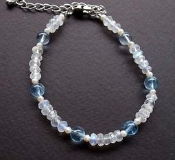 ☆采鑫天然寶石☆ **寵愛**特級藍月光石(moon stone)/藍暈月光石手鍊~清透藍彩搭拓帕石與米粒珍珠