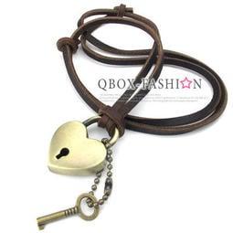 《 QBOX 》FASHION 飾品【W10024760】精緻個性復古心型鎖合金皮革墬子項鍊