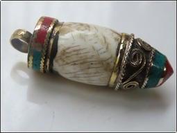 【雅之賞|佛教|藏傳文物】特賣* 尼泊爾手工純銅鑲嵌老硨磲吊墜掛墜~800147