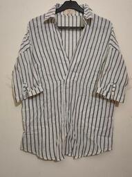 【肉肉服飾】專櫃款灰色條紋V領襯衫 短袖襯衫 條紋襯衫 V領上衣 短袖上衣 條紋上衣 氣質上衣 休閒上衣 外出上衣